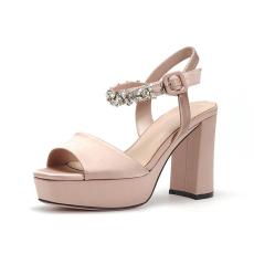 诗加美2017春夏新款 粗高跟烫钻一字带女鞋防水台露趾时装凉鞋